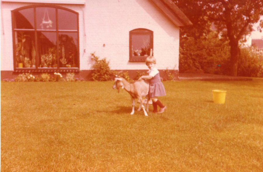 Esther als peuter met geit